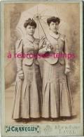 CDV- Belle Photo Mode Vers 1890-deux Femmes Habillées à L'identique Sous Une Ombrelle-photo Craneguy à Laval - Photos