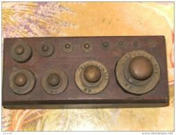 ANCIENNE  BOITE DE 12 POIDS  EN LAITON  COMPLETE  ( Du 1gr Au 500grs ) - Outils