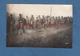 Photo Ancienne - FORGES ( Meuse ) - Prisonniers Français Escortés Par Poilu Allemand Voir Fusil Baïonnette Casque - WW1 - Guerra, Militari