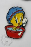 Warner Bross, Looney Tunes: Tweety Taking Bath, Blue Hat - Pin Badge #PLS - Cómics
