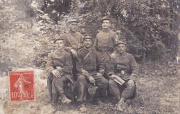 CPA PHOTO DE CAMPAGNE . 102e Régiment D'infanterie. LECTURE DU COURRIER. - Guerre 1914-18