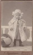 Kabinettfoto: Kleinkind Mit Mäntelchen Und Ball, Fotograph: F. Renzichausen, Hannover, Um 1910, 6,5 X 10,5 Cm - Anonyme Personen