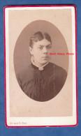 Photo Ancienne Cdv Vers 1875 - AVRANCHES ( Manche ) - Jeune Fille - Photographie Ch. Allix - Voir Coiffure - Fotos
