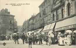 Dept Div- Haute Vienne -ref- V644 -  Limoges - La Sortie De Messe De Saint Pierre -  Carte Bon Etat - - Limoges