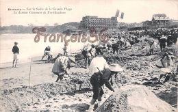 (64) Biarritz - Sur Le Sable De La Grande Plage - Le Dernier Concours De Fortifications - 2 SCANS - Biarritz