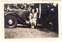 Bradgate Park : MORRIS EIGHT (´34-´38) , Woman Sitting - England (26th Aug.,1945) - Auto's