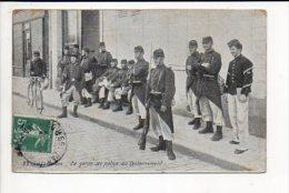 Militaria / Le Garde De Police Au Cantonnement - Casernes