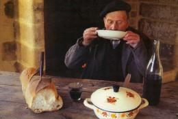 Vin - Pain - Vivre au pays - Vieille tradition - Faire chabrot ou chabrol  - Phot. A. Kumurdjian