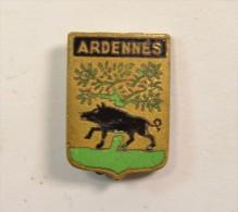Ancien petit insigne / badge ARDENNES avec arbre et sanglier
