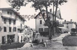 (64) Cambo Les Bains - La Place - La Fontaine - Café Central- Execllent état - 2 SCANS - Cambo-les-Bains