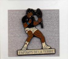 Pin´s  Sport  Ténnis  Yannick  NOAH  Avec  L' Association  LES  ENFANTS  DE  LA  TERRE  Signé  Corner  Coinderoux - Tennis