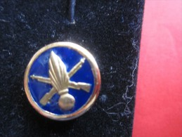 Militaria  Reproduction D'un Insigne De Collet De L'arme De L'infanterie Métropolitaine (fond Bleu) De Type Pin's - Equipment