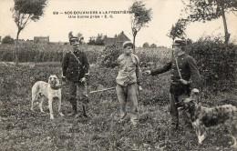 CPA 893 - MILITARIA - Carte Militaire - Nos Douaniers à La Frontière - Une Bonne Prise - Gendarme - Customs
