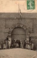 cpa 1913,  BOSSUET, l'entr�e de la Redoute, soldats et civils posent  (44.82)