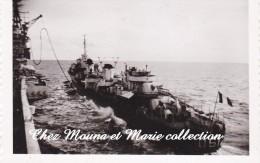 """PHOTO MILITAIRE 9 X 6 RAVITAILLEMENT DU """" MALIN """" D612 CONTRE TORPILLEURS NAVIRE CLASSE FANTASQUE 2058 - Guerre, Militaire"""