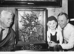 Photo  De Presse - Le Célébre Collectionneur  Et Ventriloque JACQUES COURTOIS  Et Son Fils Surnaturel   OMER - Célébrités