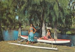 Tahiti - Deux Tahitiennes Et Une Pirogue à Balancier, Une Scène Typique En Polynésie - Polynésie Française