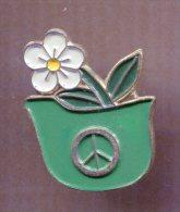 Pin´s - Casque Militaire Allemand Avec Fleur - Peace And Love - Militaria
