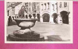 REMIREMONT -  ** FONTAINE DU CYGNE ET LES ARCADES DE LA GRAND RUE **  -  Editeur : LA CIGOGNE - N°33033 N Ou (88.383.78) - Remiremont
