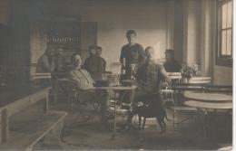 CPA Grande Guerre Ou Entre Deux Guerres Soldats Au Café En Uniformes - Personnages
