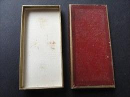 BOITE ANCIENNE En Carton POUR MEDAILLE INSIGNE -  45 Mm * 94 Mm - Jetons & Médailles