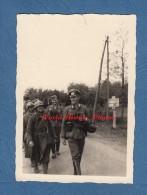 Photo Ancienne - LANDOUZY Ou ORIGNY En THIERACHE - Officier Allemand Et Prisonniers Français - 1940 - Pancarte Vervins - Guerre, Militaire