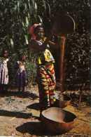 Images du TCHAD  Jeune femme vannant le mil (Moundou)