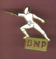 39885-Pin's. Escrime.épée.BNP.banque .signé Decat Paris. - Escrime