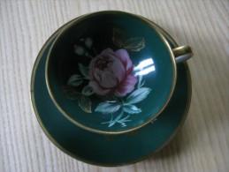 Tasse à Café  Et Sa Soucoupe     Décor De  Roses Rose Sur Fond Vert  -  Bavaria - Tasses