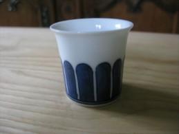 Petit Gobelet En Porcelaine Blanche Décor Bleu Dessous Vierge De Signature Ou Marque - Art Asiatique