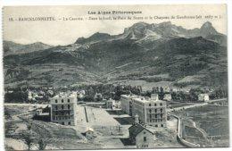 Barcelonnette - La Caserne - Dans Le Fond Le Pain De Sucre Et Le Chapeau De Gendarme - Barcelonnette