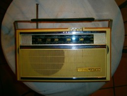 ANCIENNE RADIO  TRANSISTOR  AMPLIVISION  FONCTIONNE - Appareils