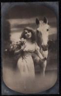 SUPERBE CARTE PHOTO MONTEE DE BELLE FILLE AVEC CHEVAL BLANC - Femmes