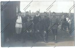 Très Rare Photo D´un Groupe D´infirmiers (russes, Fr, Us )du Camp De Prisonniers De Zerbst (souvenir De Pierre Bernard) - Guerra 1914-18