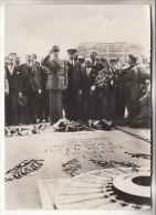 CHARLES DE GAULLE ( personnage politique ) Lib�ration de Paris : Devant la dalle du Soldat Inconnu - CPSM GF - MILITARIA