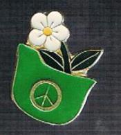 Peace And Love Fleur Dans Casque Allemand - Pin's