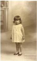 CARTES-PHOTO - UNE JEUNE MIGNONNE D'AIX EN PROVENCE. - Photographs