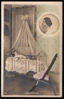 CPA PHOTO SURREALISME MONTEE - L' ANGE GARDIEN - GUARDIAN ANGEL - FILLETTE DANS SON BERCEAU - GIRL - Kinder