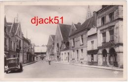 37 - Bléré (Indre Et Loire) - L'Hôtel De Ville Et La Place De La Libération - 1956 - Voiture / 2 Scans - Bléré