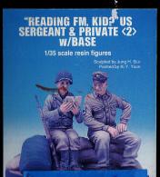 "- DYNASTY - Figurines "" Reading FM Kid? US Sergeant & Private "" - 1/35°- Réf 35013 - Figurines"