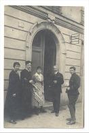 Photo carte - A SITUER - Famille, militaire devant une maison , peut-�tre en France ?? (210)b76