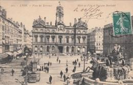 Cp , 69 , LYON , Place Des Terreaux , Hôtel De Ville Et Fontaine Bartholdi - Autres