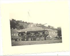 Photo (+/-4,5 X 6 Cm)  Duché De Luxembourg - Char US Sherman Place D´un Village En +/- 1948-Vestige Guerre 40/45 (b157) - Cars
