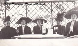 PHOTO 12.5 X 8 GROUPE DE FEMMES AVEC DE GRANDS CHAPEAUX BUVANT UNE GRENADINE 2489 - Plaatsen
