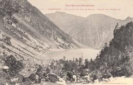 Thématiques 65 Hautes Pyrénées Cauterets En Amont Du Lac De Gaube Route De Vignemale Militaires Et Montagnards Au Repos - Cauterets