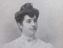 Avant 1900 Photo Photographie Au Type Carte De Visite Portrait De Femme à Chignon Photographe Fabre Marseille Mme Isaac - Photos