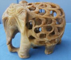 ELEPHANT En Pierre De Savon, Sculpté Et Ciselé Et Son Enfant à L´intérieur également En Pierre Ciselée - Autres