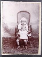 AF. Photo. 13. Deux Enfant Dans Un Fauteuil D'osier - Personnes Anonymes