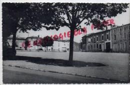 79 - CHAMPDENIERS - LA PLACE   CARTE PHOTO HOTEL BOEUF COURONNE - Champdeniers Saint Denis
