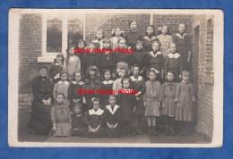 CPA Photo - HAM Sur HEURE - Une Classe De L'Ecole Des Filles Avec Institutrice - 1910 / 1920 - Ham-sur-Heure-Nalinnes
